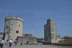 Vue sur la tour de la chaîne à gauche et la tour Saint-Nicolas à droite
