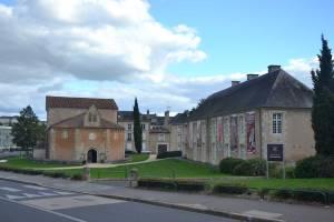 Baptistère Saint-Jean à gauche et musée Sainte-Croix de Poitiers à droite