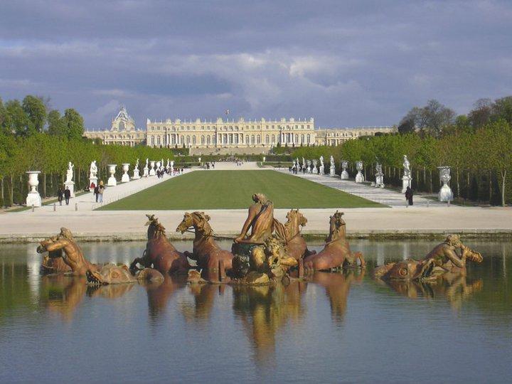 Le château de Versailles depuis les jardins, dos au Grand Canal / c- Esalia, site web wikimédia commons