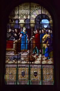 Vitrail représentant Aliénor d'Aquitaine devant les écehvins de la ville de Poitiers
