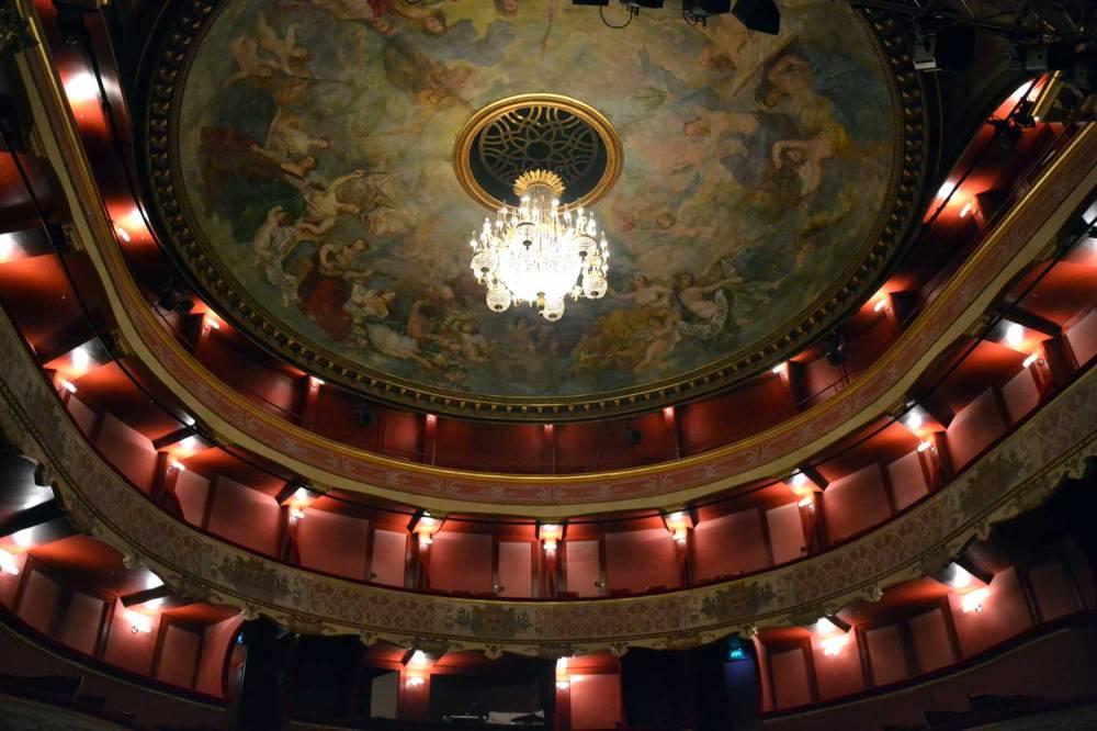 Salle de spectacle et plafond peint du théâtre de la Coupe d'Or de Rochefort