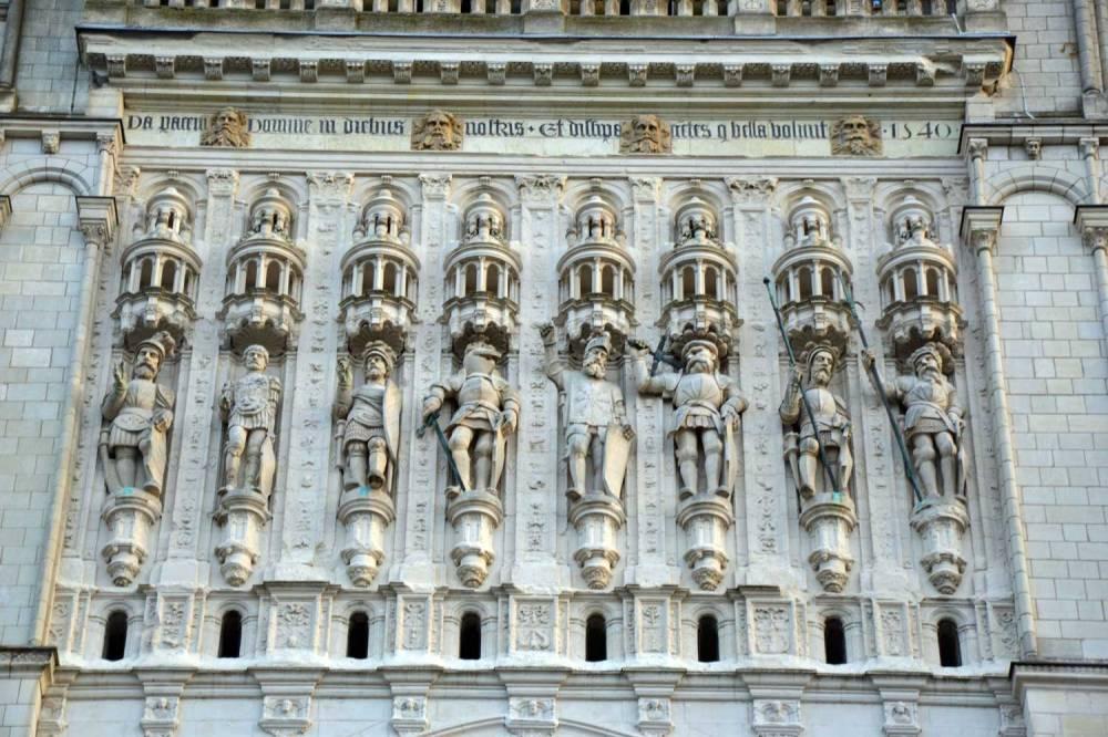 Statue de saints au sommet de la tour porche