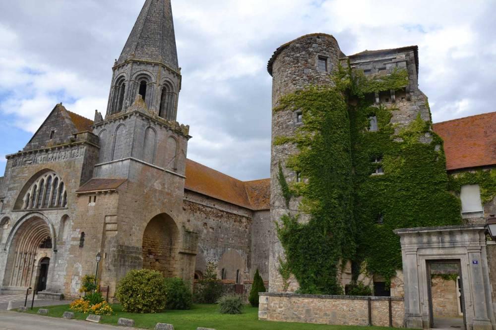 Chapelle Saint-Laurent et sa tour de fortifications sur la droite
