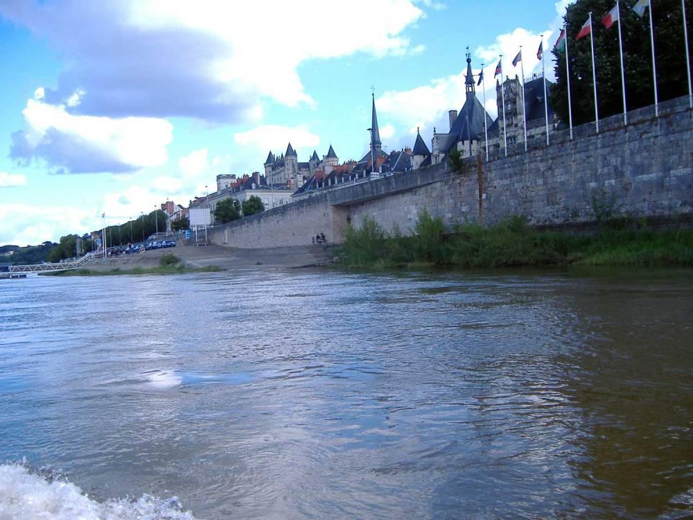 Vue sur l'embarcadère au loin, la place de la mairie et les berges de la Loire