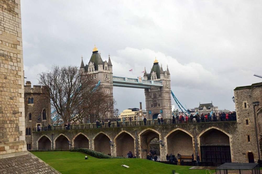 Vue sur le Tower Bridge depuis l'enceinte de la Tour de Londres