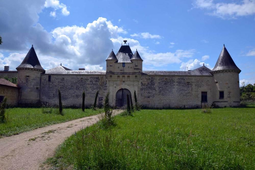 Porche d'entrée du château Verrière. Mais que se cache-t-il derrière ?