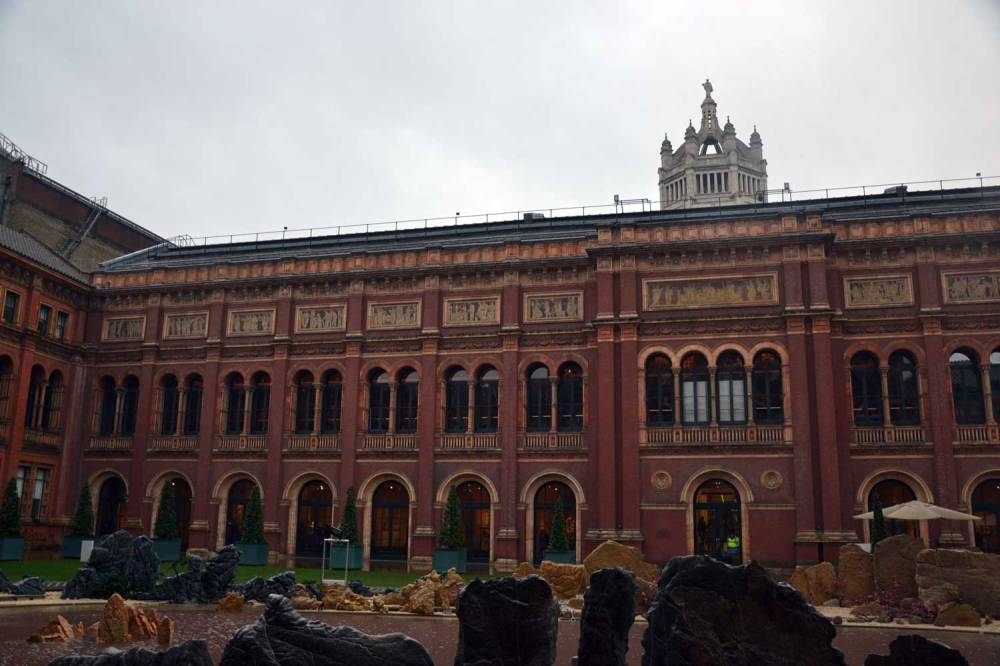 Cour intérieure du musée, oeuvres contemporaines et accès à la cafetériat