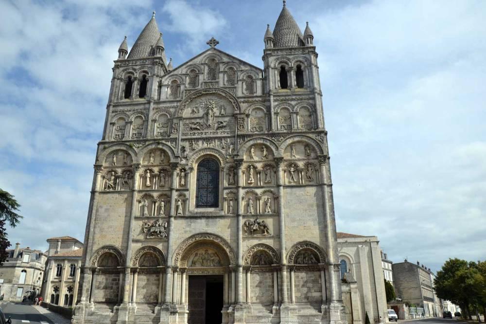 Façade sculptée de la cathédrale. Un bijou d'ornementation médiévale