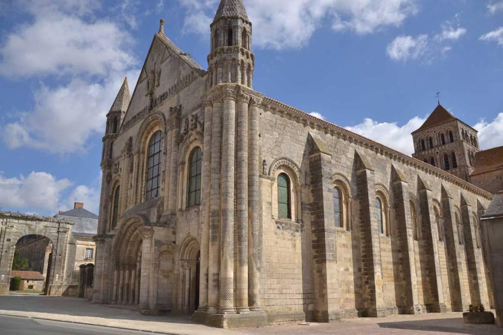 Eglise de Saint-Jouin de Marnes, vaisseau de l'art roman dominant la campagne