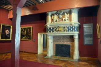 Salon avec cheminée monumentale