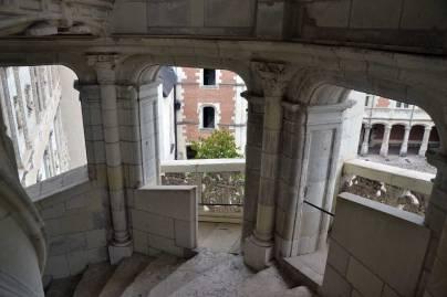 vue au travers les arcades de l'escalier à vis